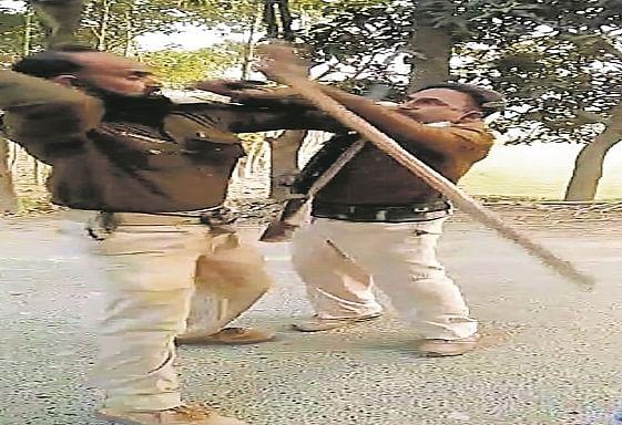 पैसा बंटवारे को लेकर बीच सड़क पर राइफल और डंडे से एक दूसरे पर टूट पड़े बिहार पुलिस के दो जवान, वीडियो वायरल