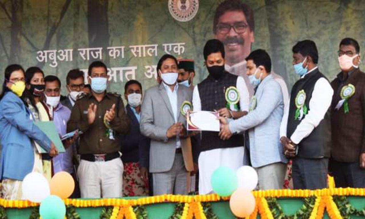 Jharkhand Government 1 Year : विकास मेले के अवसर पर बोकारो जिला प्रसाशन ने 135 कोरोना वाॅरियर्स को किया सम्मानित