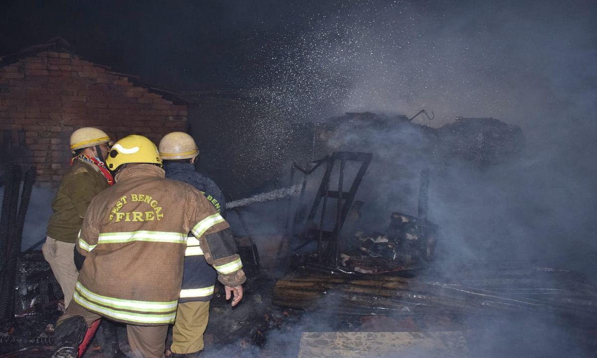 कोलकाता के नेताजी नगर बस्ती में लगी आग, फायर ब्रिगेड की 15 गाड़ियां पहुंची, 70 झाेपड़ियां जली