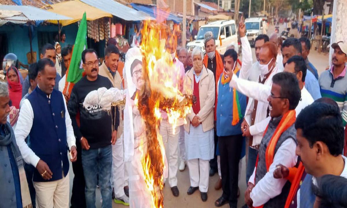 Jharkhand news : गढ़वा के भंडरिया में पलामू सांसद के नेतृत्व में मुख्यमंत्री का पुतला जलाते भाजपाई.