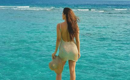 कुछ इस तरह मालदीव में समुद्र किनारे कियारा आडवाणी आईं नजर, गोल्डन बैकलेस ड्रेस में दिखीं काफी हॉट