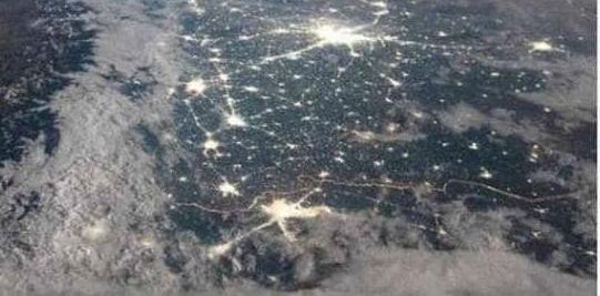 ये हसीं वादियां! आप भी देखें बर्फ से ढका हिमालय और जगमगाते दिल्ली-लाहौर, तस्वीर तेजी से वायरल