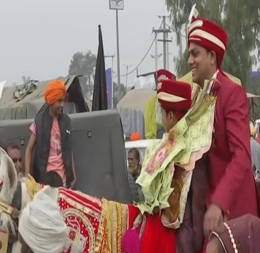 Kisan Andolan News: सिंघु बॉर्डर पर दिखा अनोखा नजारा, जब बाराती बन जमकर झूमे प्रदर्शन कर रहे किसान, जानें क्या है मामला