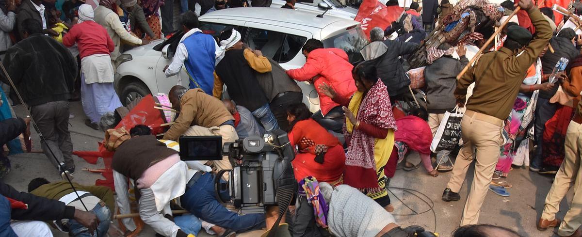 नये कृषि कानून के खिलाफ पटना में मंगलवार को प्रदर्शन कर रहे किसान संगठन से जुड़े लोगों और पुलिस में जमकर भिड़ंत हो गयी. मामला इतना अधिक बढ़ गया कि पुलिस को लाठीचार्ज करना पड़ा. इसमें तीन प्रदर्शनकारियों के सिर फट गये, वहीं कुछ लोग जख्मी हो गये. इसके बाद दोनों पक्षों में जमकर मारपीट व धक्का -मुक्की की गयी. लाठीचार्ज के बाद भगदड़ की स्थिति मच गई. जिसे जिधर रास्ता दिखा उधर दौड़ पड़ा. इस चक्कर में क्या महिलाएं और क्या पुरुष दोनों ही गिरते-भागते और पुलिस को करीब देख गिड़गिड़ाते नजर आए. आगे की स्लाइड्स में देखें तस्वीरें..