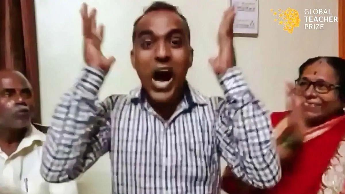 भारत के शिक्षक ने जीता 7 करोड़ के इनाम का ग्लोबल टीचर पुरस्कार तो मां ने लगाया गले और पिता के निकले आंसू, वीडियो में देखें वो खास पल