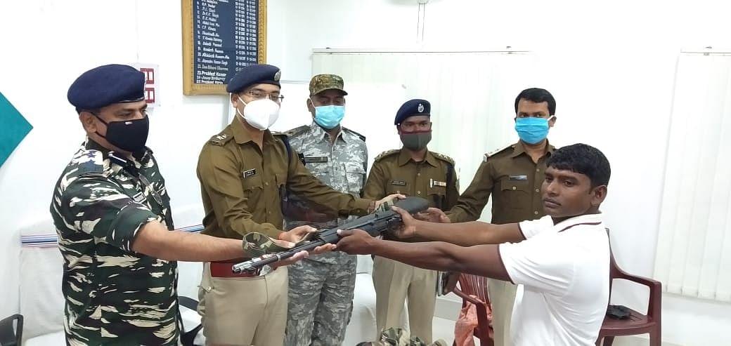 झारखंड में 5 लाख के इनामी सबजोनल कमांडर ने किया सरेंडर, कई मामलों में थी चतरा पुलिस को तलाश