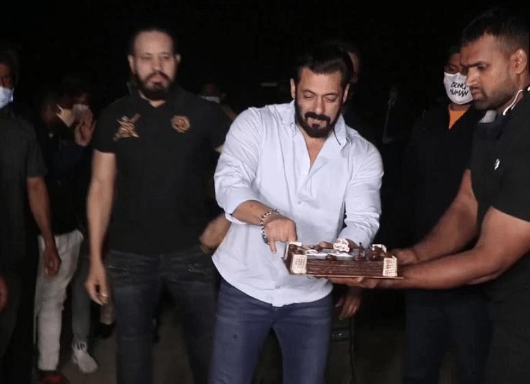 Salman Khan Birthday : सलमान खान ने फार्महाउस में यूं सेलिब्रेट किया अपना जन्मदिन, सोशल मीडिया पर वायरल तसवीरें