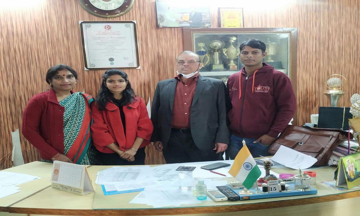 Jharkhand news : गणतंत्र दिवस परेड, 2021 में शामिल होने के लिए चयनित होने पर राष्ट्रीय सेवा योजना की स्वयंसेवक पल्लवी भारती व प्राध्यापिका भारती प्रसाद को बधाई देते एएस कॉलेज, देवघर के प्राचार्य डॉ अनिल कुमार झा.