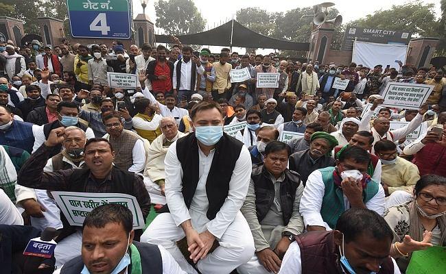 RSS Chief पर तेजस्वी का तंज, कहा- गोडसे की विचारधारा में विश्वास रखने वाले पटना में, सरकार ने गांधी की मूर्ति की कैद