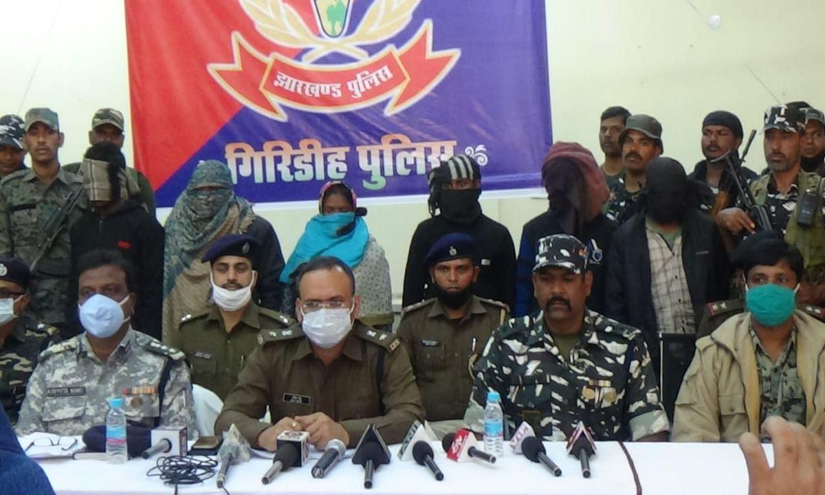 इनामी जोनल कमांडर पति-पत्नी समेत 6 नक्सलियों को गिरिडीह पुलिस ने किया गिरफ्तार, दुमका से भी मिले कई हथियार