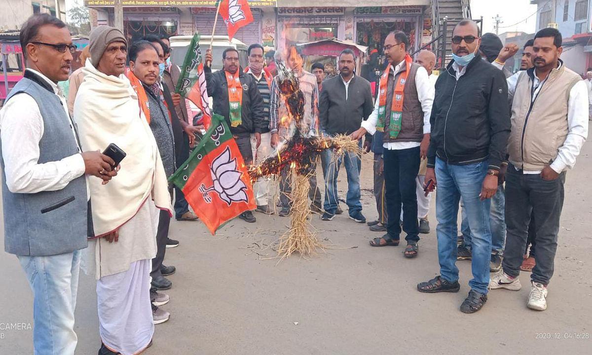Jharkhand news : हेमंत सरकार के निर्णय के खिलाफ केरेडारी में बीजेपी ने सीएम का फूंका पुतला.