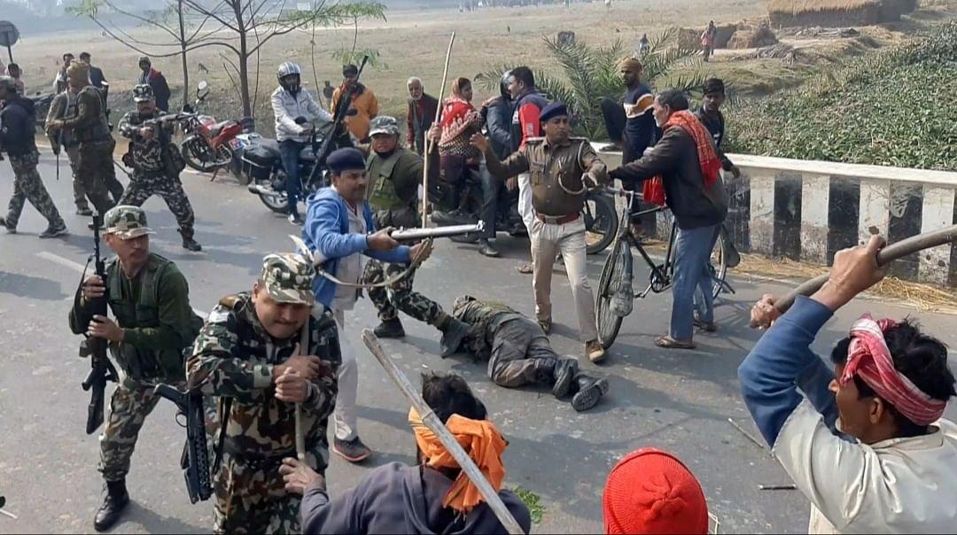 Bihar Crime News: जमुई में शिक्षक की हत्या पर बवाल, शव देख भड़के लोग, 2 जवानों का सिर फोड़ा, लाठीचार्ज-फायरिंग