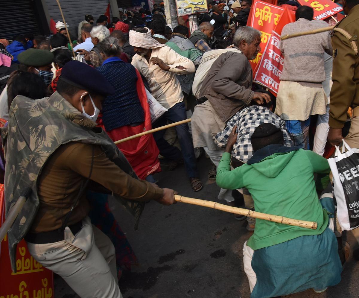 मारपीट व अफरा-तफरी की सूचना के बाद एसएसपी उपेंद्र शर्मा दल- बल के साथ डाकबंगला चौराहे पर पहुंचे. उन्होंने करीब 100 से अधिक जवानों के साथ डाकबंगला से इन्कम टैक्स तक पैदल मार्च किया. करीब एक घंटे तक एसएसपी खुद इन्कम टैक्स चौराहे पर फोर्स लेकर खड़े थे. पुलिस ने हल्का बल प्रयोग कर सभी किसानों को खदेड़ा, फिर मामला शांत हुआ.