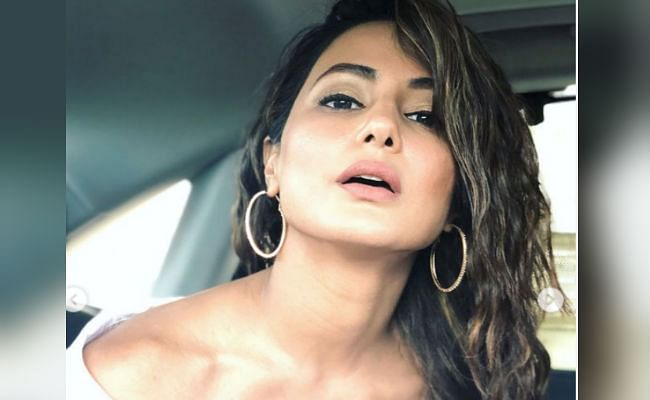 हिना खान व्हाइट ट्रांसपेरेंट ड्रेस में दिखीं बेहद ग्लैमरस, फैंस ने कमेंट में लिखा,' प्लीज एक रिप्लाई...