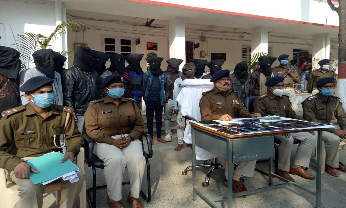 साइबर क्रिमिनल का खबरी व कमीशन एजेंट समेत 18 आरोपी देवघर से गिरफ्तार, खुलेंगे कई राज