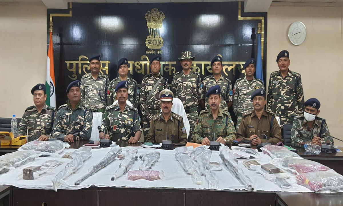 Jharkhand news : गिरफ्तार नक्सलियों की निशानदेही पर दुमका जिले के विभिन्न क्षेत्र से कई हथियार किये बरामद.