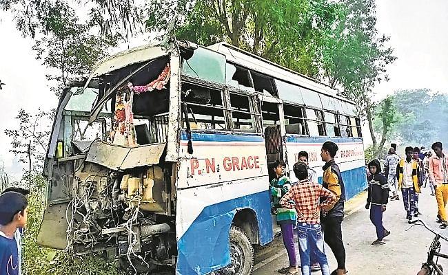 Road Accident In Bihar : कोहरे के कारण बरातियों से भरी बस पलटी, एक की मौत, 11 घायल