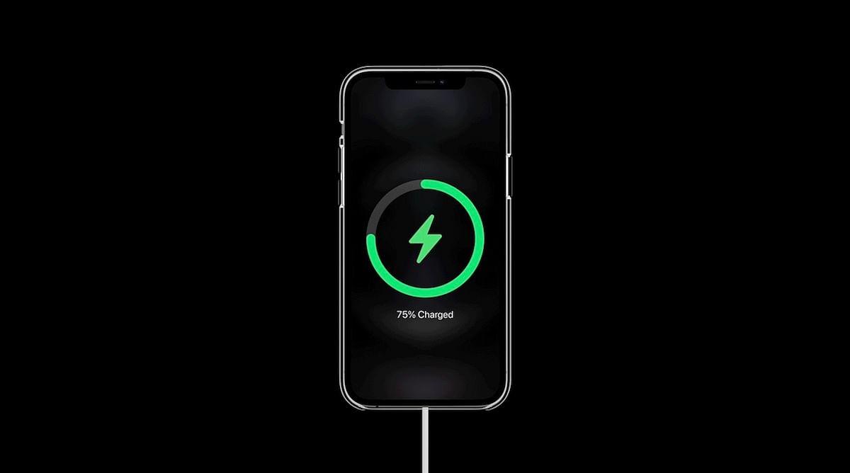 iPhone 12 की डिस्प्ले के बाद अब चार्जिंग में भी दिक्कत, iOS अपडेट का इंतजार