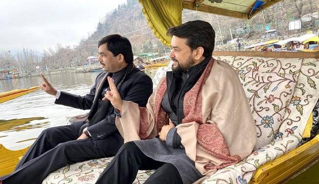 श्रीनगर की डल झील में अनुराग ठाकुर ने निकाली शिकारा रैली, कहा- जम्मू कश्मीर के युवाओं ने बुलेट पर बैलेट और टेररिज्म पर टूरिज्म को चुना