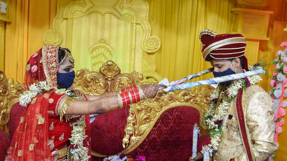 बिहार के दानापुर में कोरोना गाइडलाइन के बीच सोशल डिस्टेंस शादी