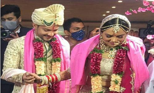 Aditya Narayan Wedding: आदित्य नारायण की शादी की पहली फोटो आई सामने, श्वेता अग्रवाल से शादी के बंधन में बंधने पहुंचे सिंगर