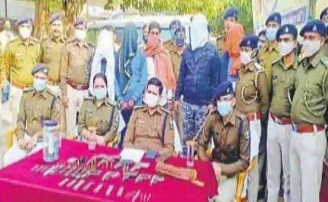 कुख्यात अपराधी के घर छापेमारी करने गई पुलिस दल पर बम से हमला, भारी मात्रा में हथियार बरामद, सहयोगी संग आरोपित गिरफ्तार