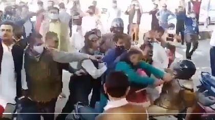 UP VIRAL VIDEO: MLC चुनाव में हार देख BJP नेता ने  एसपी सिटी को गिरा-गिराकर पीटा! वायरल हो रहा वीडियो