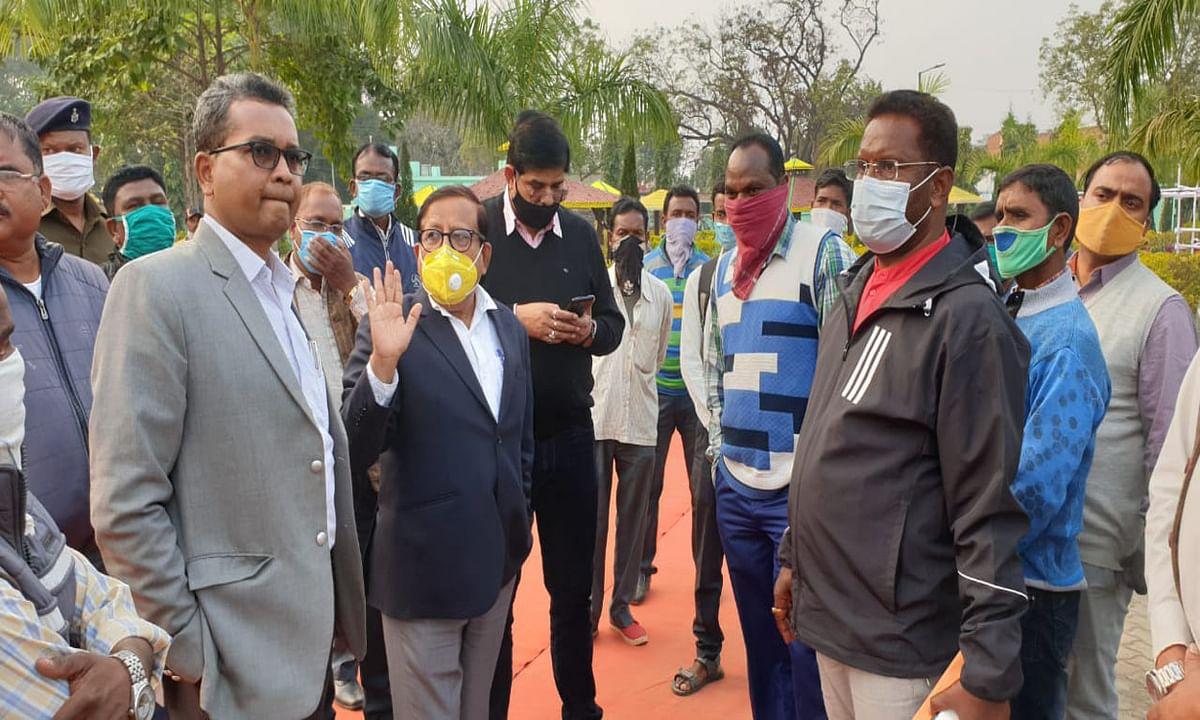 Jharkhand news : सीएम के आगमन के मद्देनजर सुरक्षा व्यवस्था का जायजा लेने पहुंचे डीसी, डीडीसी, एसडीओ, विधायक व अन्य.