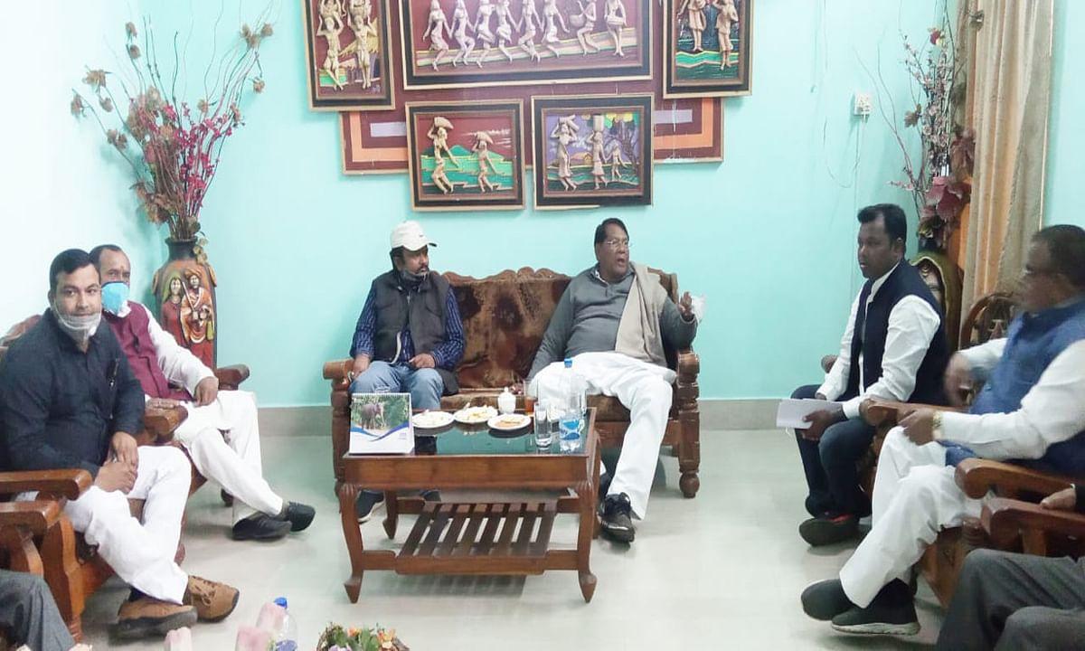 झारखंड के वित्त मंत्री डॉ रामेश्वर उरांव पहुंचे लातेहार, बोले- गांव व टोलों तक पहुंचेगी सरकार की योजनाएं