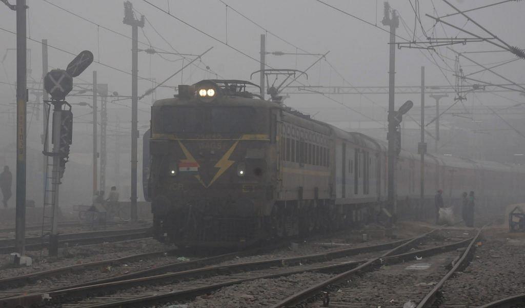 Indian Railways / IRCTC / Weather : कुहासे के कारण कई ट्रेनें लेट, रात छोड़िए, दिन में ही ठंड से कांप रहा बदन