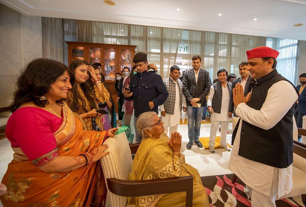 शादी के समारोह में दिखा खास अंदाज, तसवीरों में SP प्रमुख और परिवार