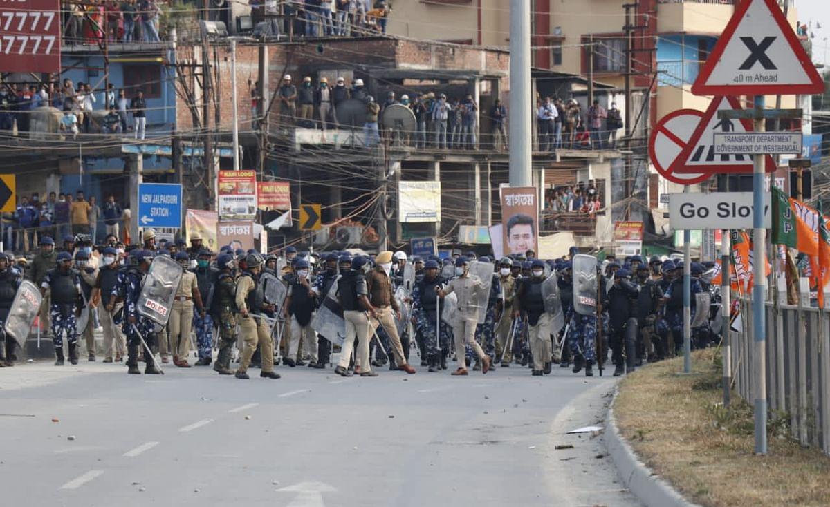 VIDEO: पश्चिम बंगाल सरकार के खिलाफ प्रदर्शन कर रहे भाजपा युवा मोर्चा के कार्यकर्ताओं पर सिलीगुड़ी में आंसू गैस के गोले दागे, एक की मौत