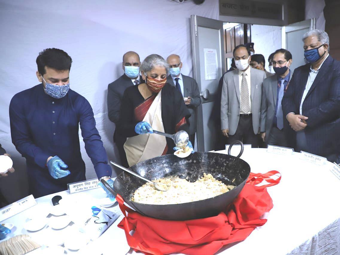 Budget 2021: वित्त मंत्रालय में हुआ हलवा सेरेमनी का आयोजन, वित्त मंत्री निर्मला सीतारमण और अनुराग ठाकुर रहे मौजूद