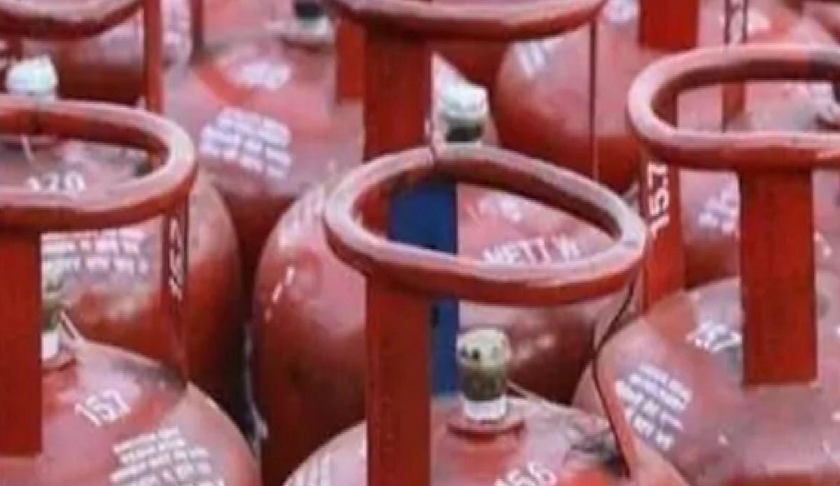LPG Gas Cylinder : रसोई गैस बुकिंग पर पाएं 700 रुपये तक Cashback, जल्द करें कहीं निकल न जाये मौका हाथ से