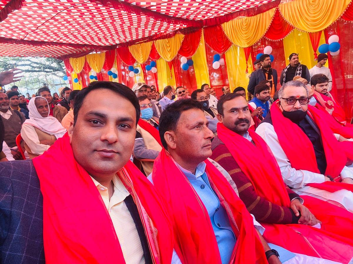 नेताओं  के साथ रूपेश सिंह