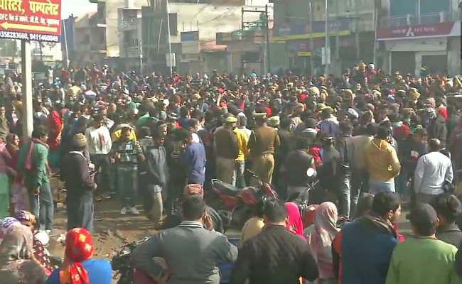 गाजियाबाद श्मशान घाट हादसा: जेई समेत तीन लोग गिरफ्तार, फरार ठेकेदार की तलाश जारी, गुस्साये परिजनों ने किया रोड जाम