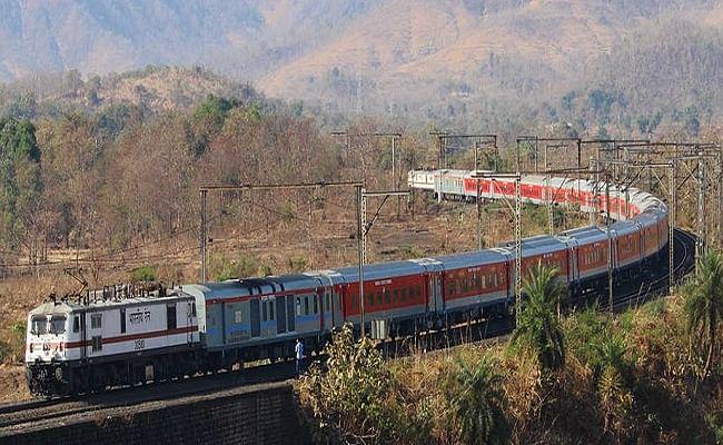 Bihar Train News: अब मुंगेर-जमालपुर होकर भी चलेगी राजधानी एक्सप्रेस, जानें किन स्टेशनों पर होगा ठहराव और क्या होगा टाइम टेबल