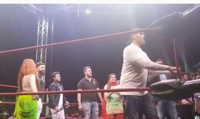 जब WWE रिंग में 'द ग्रेट खली' के साथ उतरीं सपना चौधरी, अर्शी खान के साथ मिलकर मचाया खूब धमाल, VIDEO