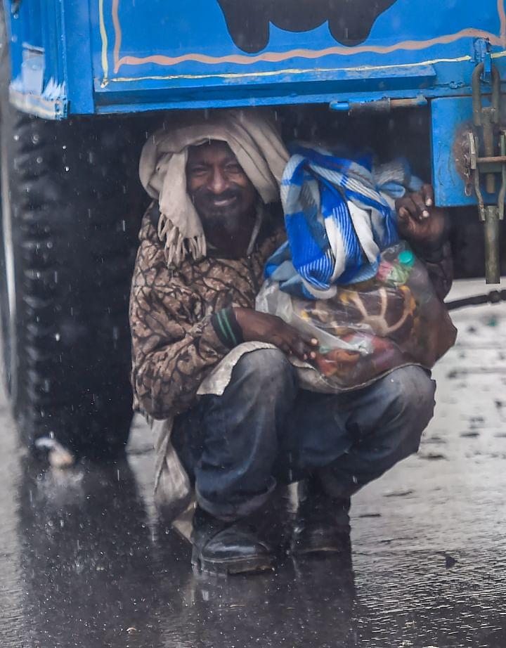 Farmers Protest News : दिल्ली की बॉर्डरों पर डटे किसानों की बारिश और ठंड ने बढ़ाई मुश्किलें, देखें मार्मिक तसवीरें