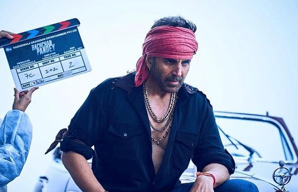 सोने की चेन, लाल गमछा और खुली बटन शर्ट के साथ दिखे बच्चन पांडेय, देखिए अक्षय कुमार का नया वायरल लुक