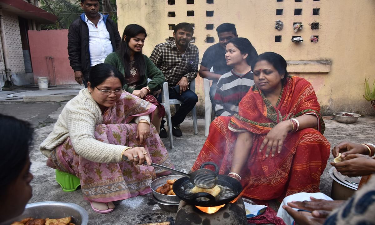 Makar Sankranti 2021 : बाउंडी के साथ मकर पर्व की शुरुआत, ईचागढ़ विधायक ने बनाया पीठा