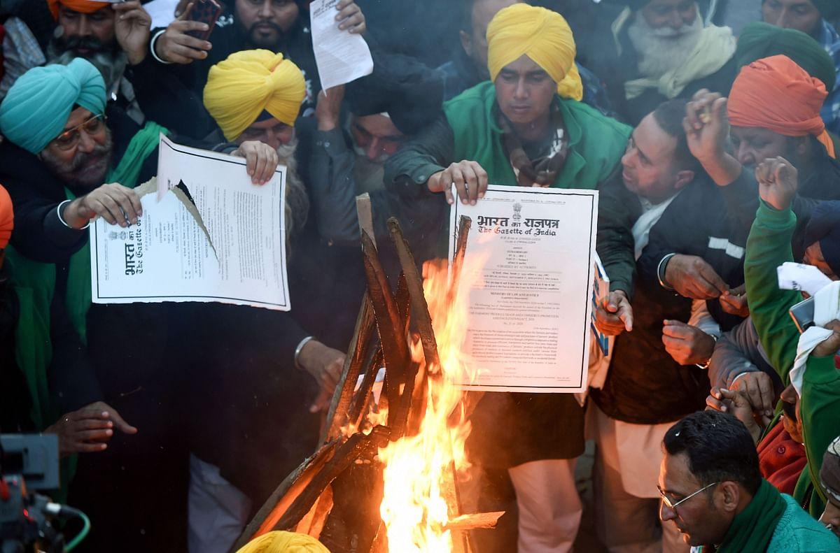 Farmers Protest : कृषि कानूनों की प्रतियां जलाकर किसानों ने मनायी लोहड़ी, दे दी बड़ी चेतावनी, देखें तसवीरें