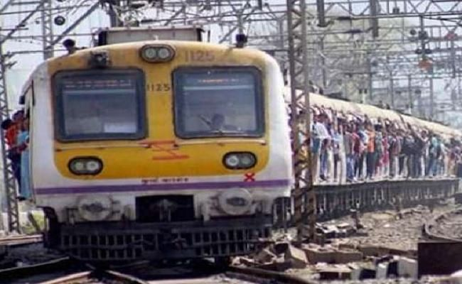 Indian Railways : मुंबई में 29 जनवरी से पटरी पर दौड़ेंगी लोकल ट्रेनें, इन यात्रियों को मिलेगी यात्रा की अनुमति