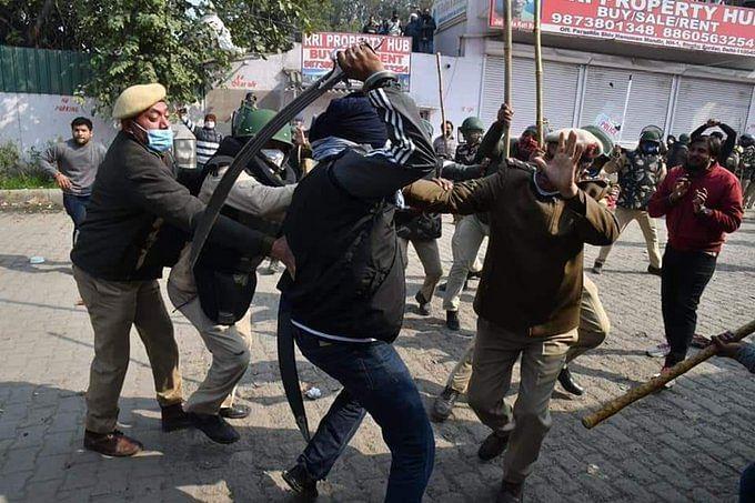 Farmers Protest : झड़प के बाद सिंघु बॉर्डर किले में तब्दील, किसी को प्रदर्शन स्थल पर जाने की अनुमति नहीं