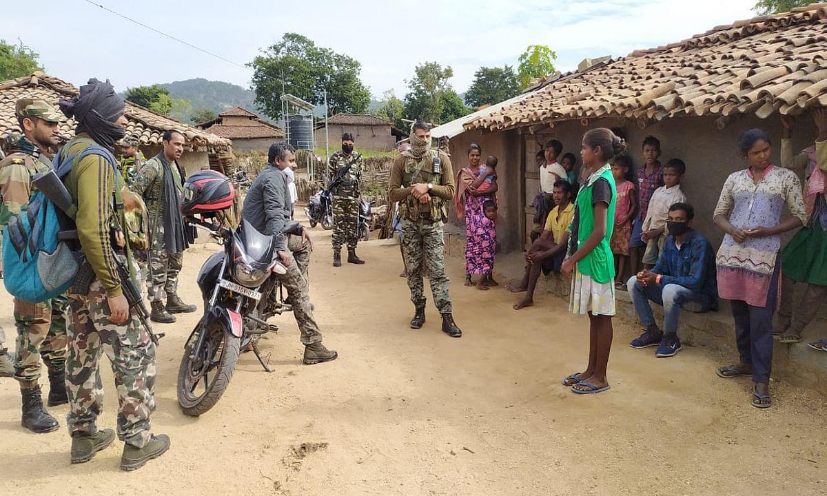 इनामी नक्सलियों के दर्जनों गांव में चला छापेमारी अभियान, गुमला एसपी ने ग्रामीणों से की मुलाकात