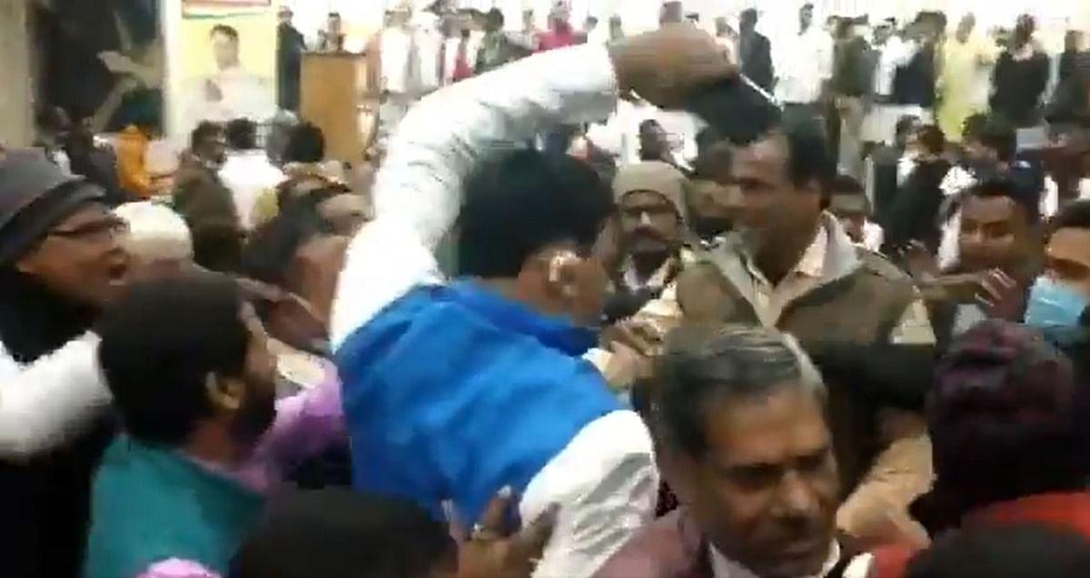 Bihar Congress की बैठक में बवाल, आपस में भिड़े नेता, जमकर चलीं कुर्सियां, देखें Video