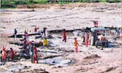 Prabhat Khabar EXCLUSIVE : मनरेगा में मनमानी, रोक के बावजूद बिहार में वृद्धों से लिया काम, पेंशनर ने भी उठा ली मजदूरी ! जानिये क्या कहते हैं DM, DDC