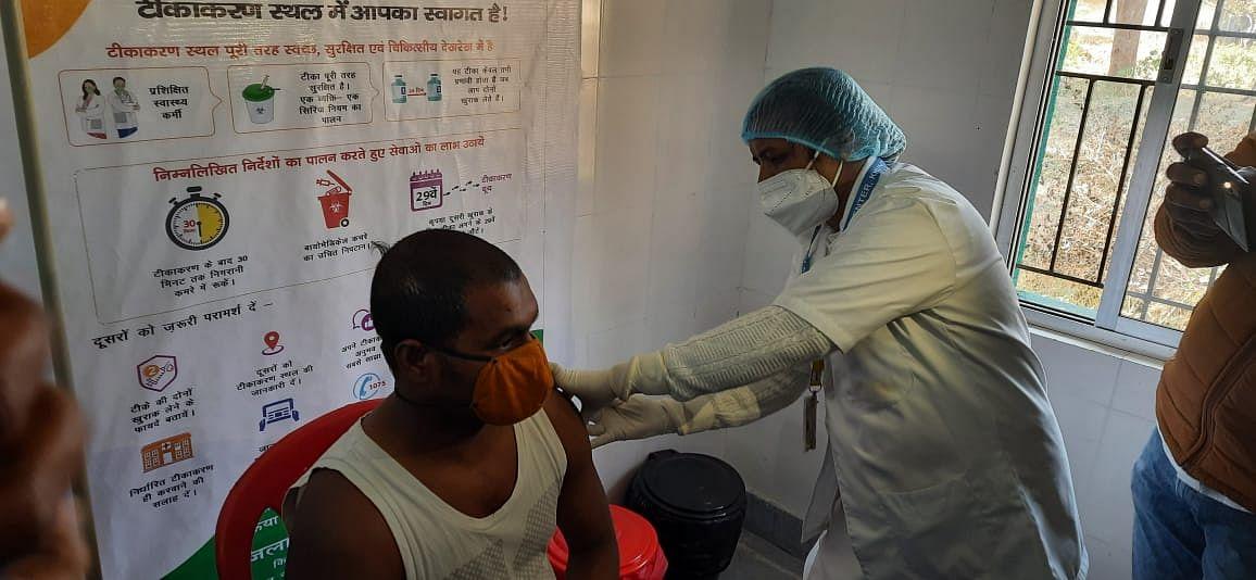 चतुर्थवर्गीय कर्मचारी अजय राम को पहला टीका