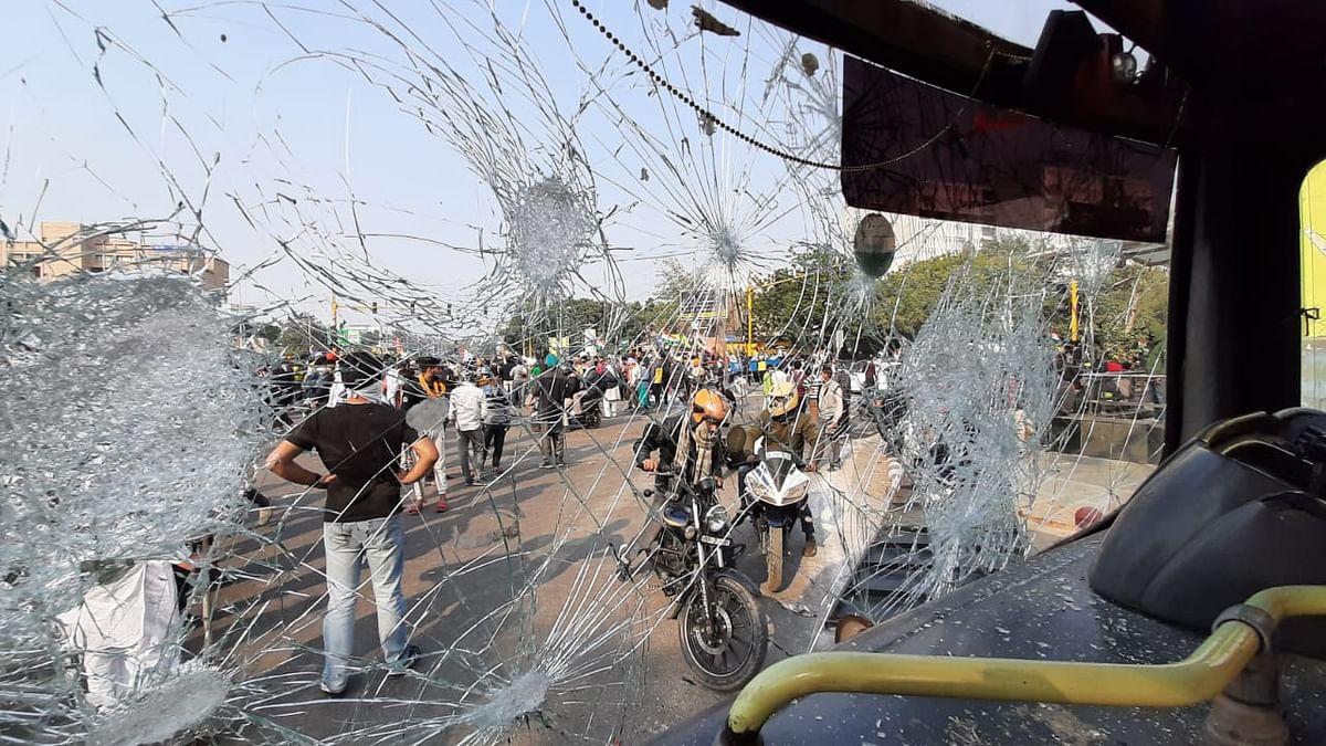 VIDEO: किसानों की ट्रैक्टर परेड से दहशत में दिल्ली, नांगलोई में लाठीचार्ज, कहीं जवानों से भिड़े 'अन्नदाता'