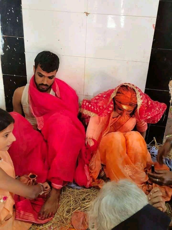 युवक की शादी शादी पड़ोस के पहाड़पुर गांव में मुन्ना सिंह की बेटी से कराई गई है.